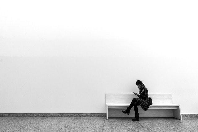 白い壁と女性