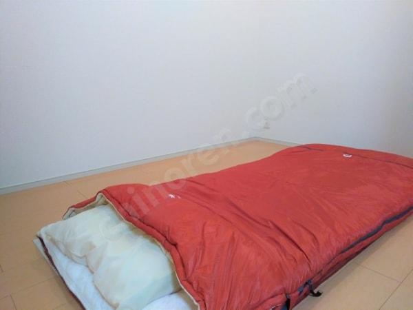 ミニマリストの寝室と寝袋
