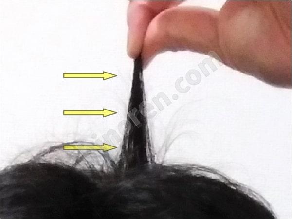 髪をつまむ