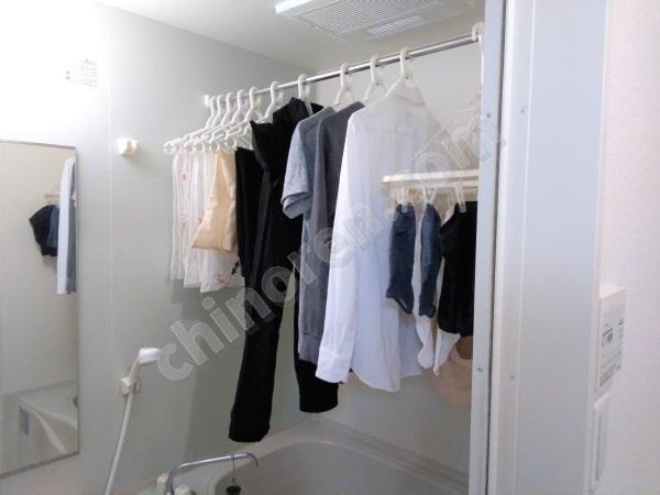 洗濯物を浴室に干す
